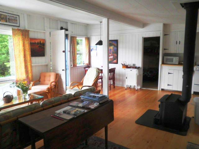 Nutkin Cottage, Donnell's Pond - Main room