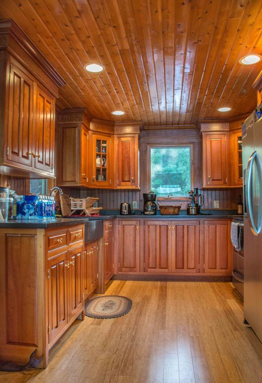 Log Cabin on Davis Pond - fabulous kitchen