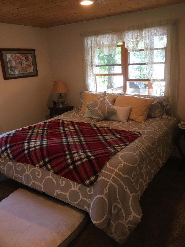 Log Cabin on Davis Pond - Bedroom